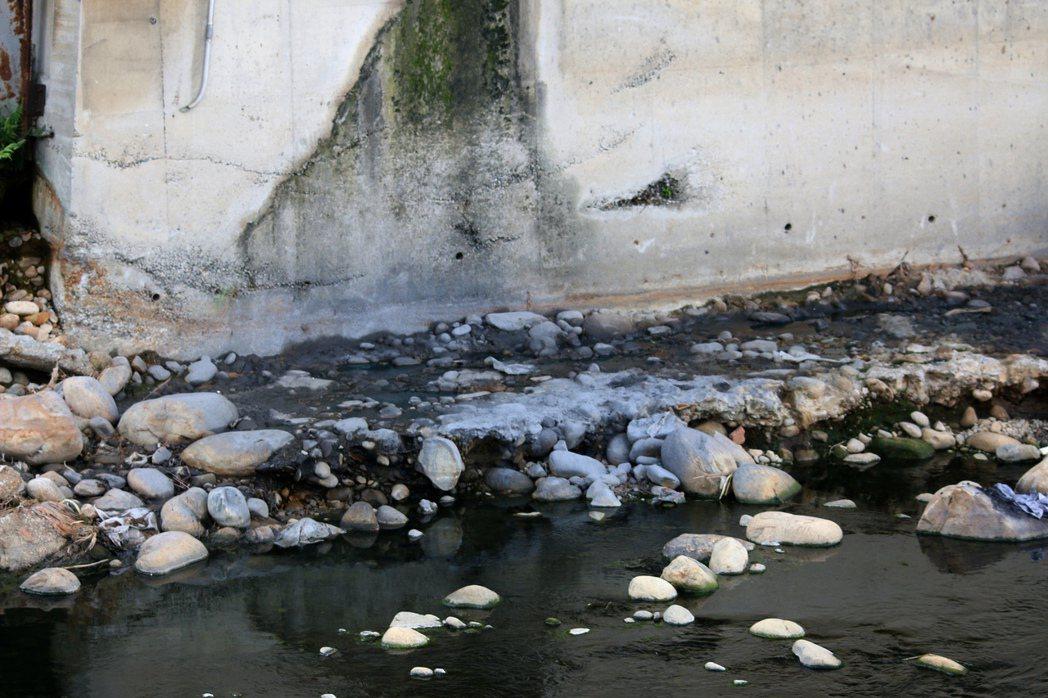 記者現場直擊,五股坑溪沿岸不少工廠排放廢水,導致河川「染黑」。 記者王敏旭/攝影