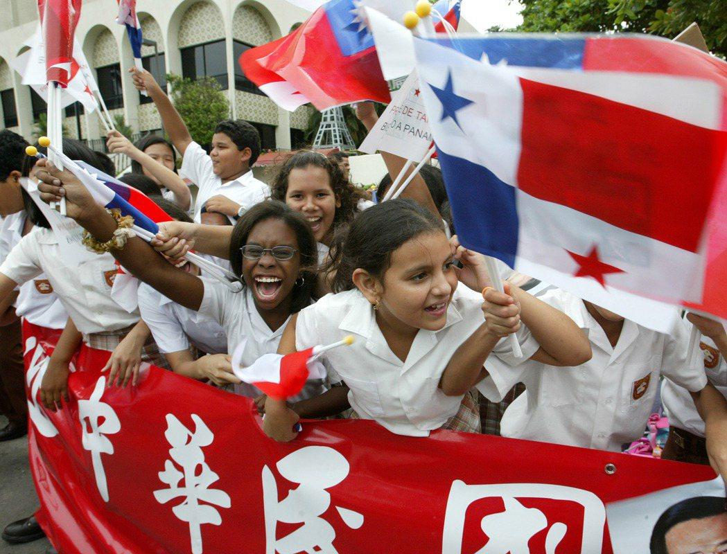 陳水扁前總統2004年率團出訪中美洲,專機抵達巴拿馬下榻旅館時時受到當地小朋友的...