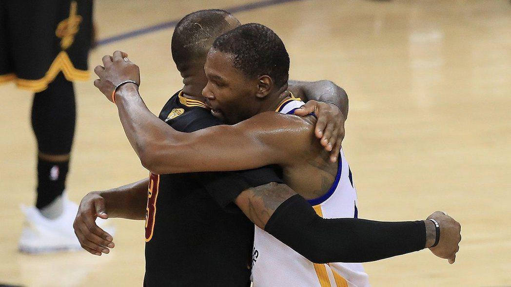 杜蘭特與詹姆斯擁抱。 擷圖自勇士隊官方推特