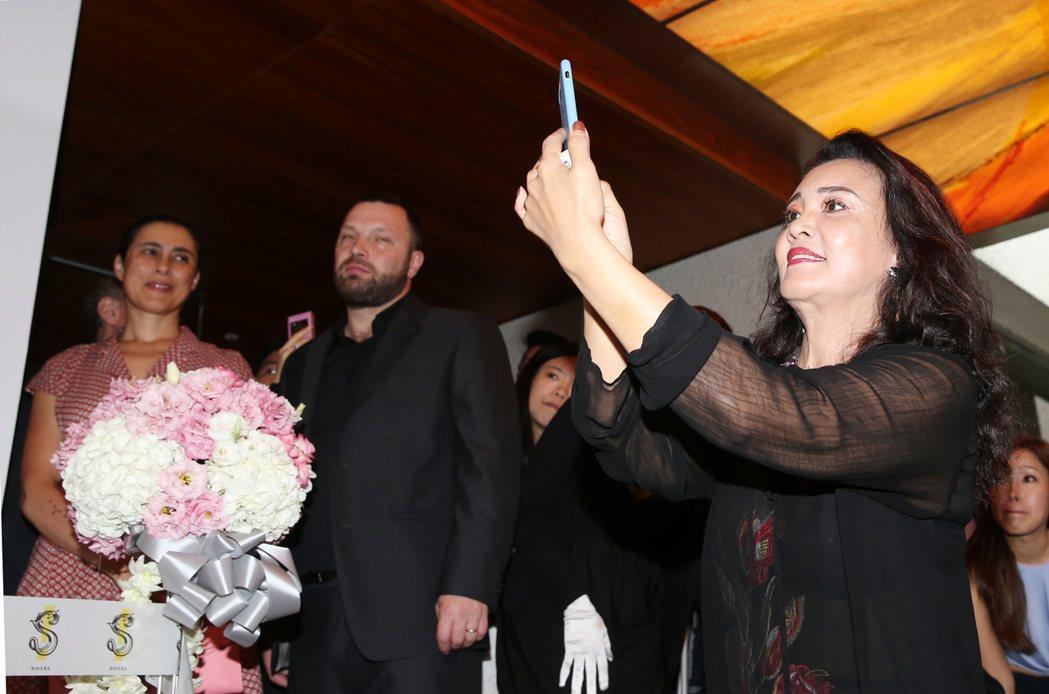 大S、汪小菲一起出席S Hotel開幕,婆婆張蘭(左)拼命他們兩人幫忙拍照。記者...