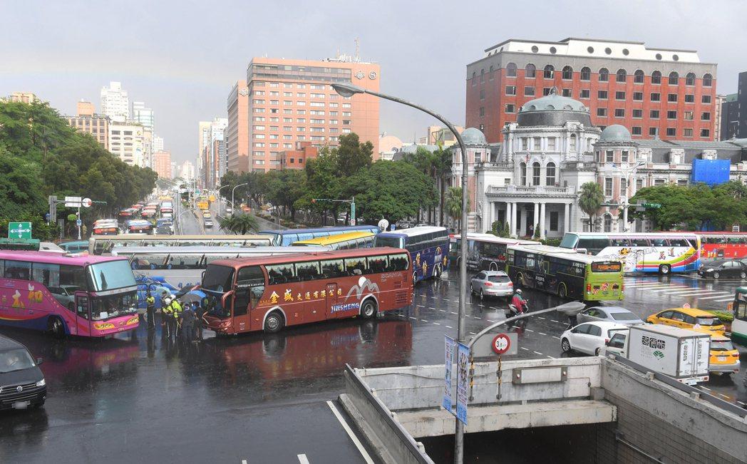 多輛遊覽車13日上午前往交通部抗議,10餘輛下午轉往中山南路、忠孝東路口停下不動...
