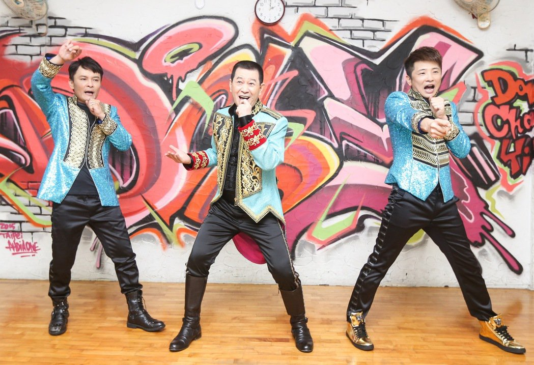 歌手蔡小虎(中)與外甥莊振凱(左)、蔡佳麟(右)合組「老虎隊」,唱跳青蘋果樂園。...
