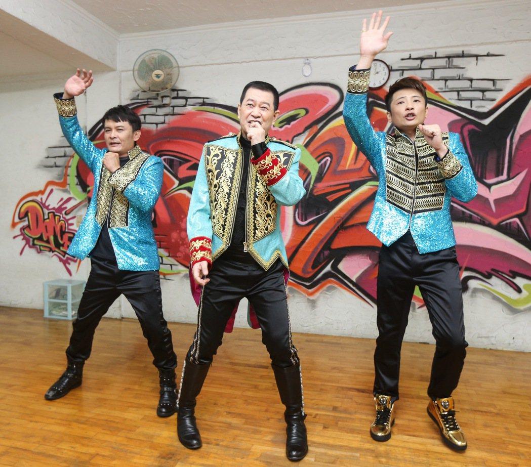 歌手蔡小虎(中)將舉辦個人演唱會,首度公開練舞,與外甥莊振凱(左)、蔡佳麟(右)...