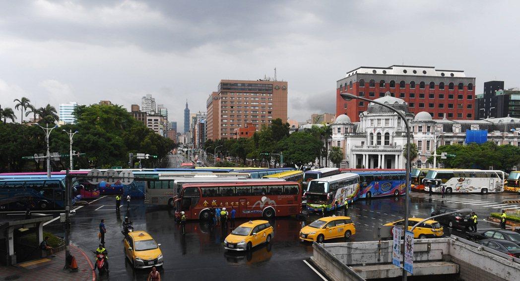 十餘輛遊覽車12日下午開至台北中山南路、忠孝東路口停下不動,表達對交通部抗議與不...