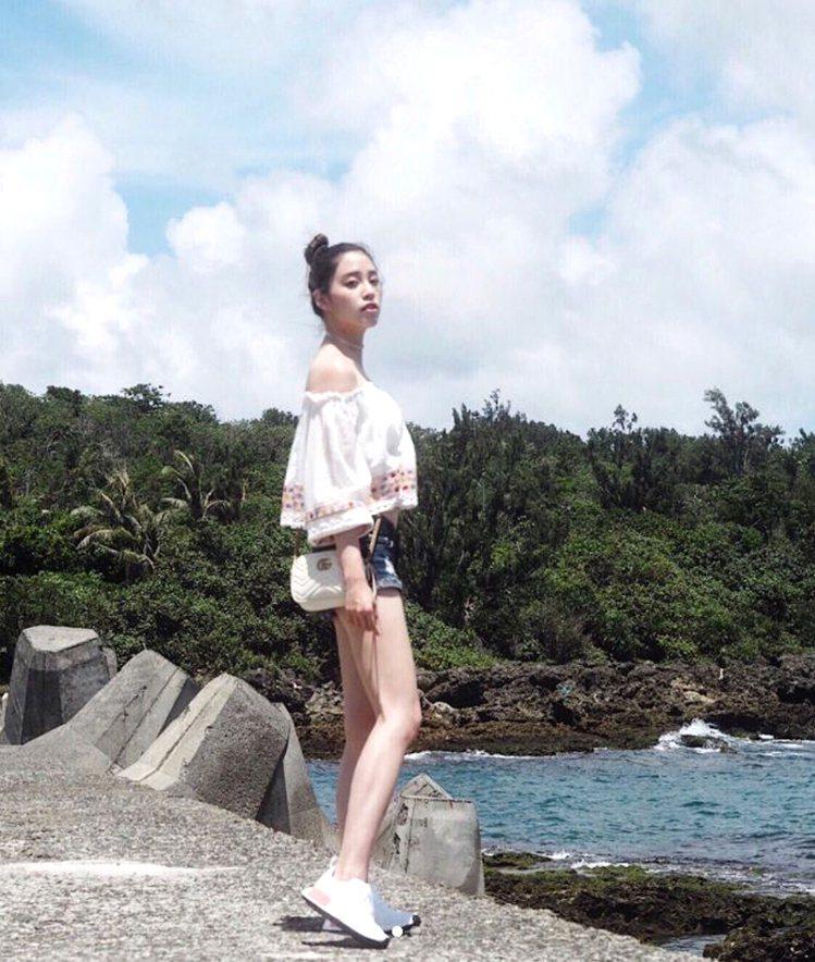 歐陽妮妮日前到墾丁度假,穿上一襲白色的露肩刺繡上衣搭配牛仔褲,肩背Gucci的G...