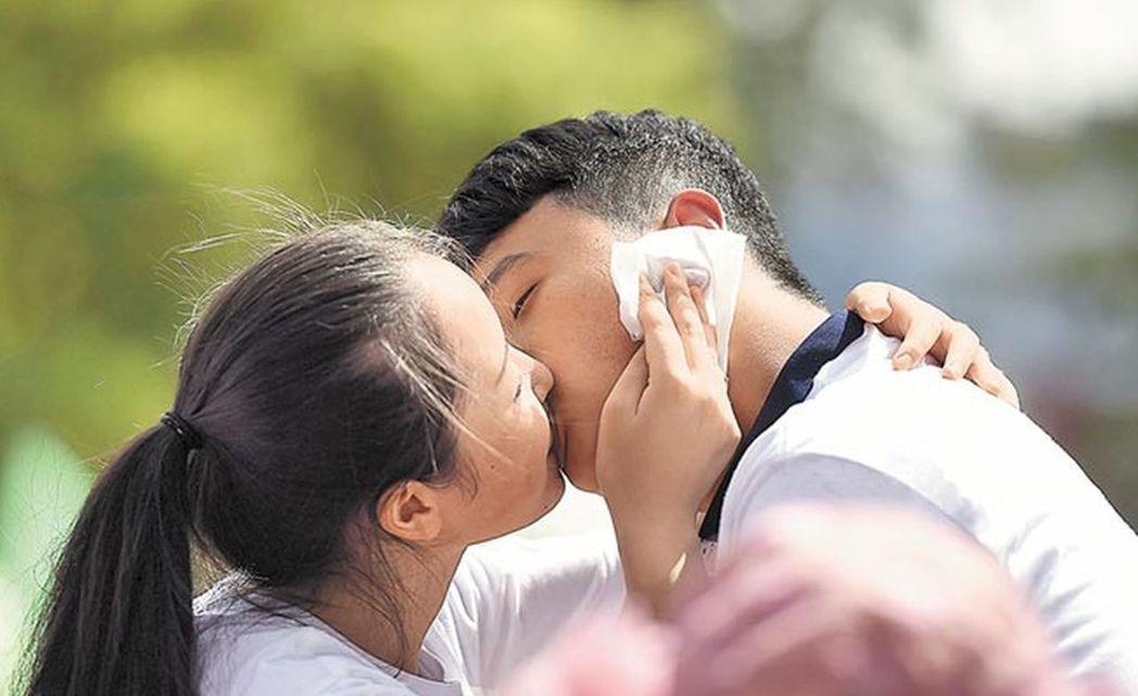 小三勸退師有行業規範,圖為山西省太原市2015年舉辦的接吻大賽。 (新華...