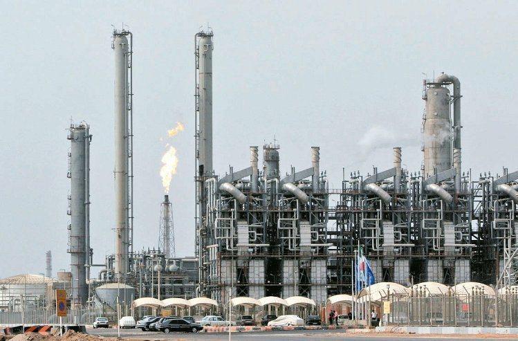 產油國供給增加,國際油價下跌。 路透