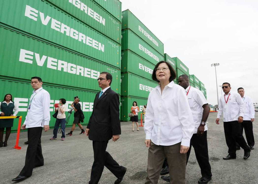 去年六月蔡英文總統(中)訪問巴拿馬參加巴拿馬運河開通峻工儀式時,參觀長榮集團箇郎...