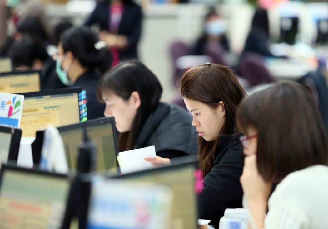 萬寶華調查,低薪是造成台灣人才外流主因。報系資料照