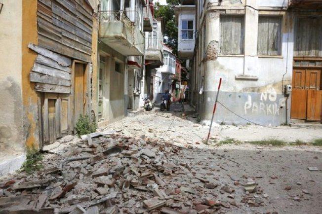 列士波斯島上老舊房舍被震垮。美聯社
