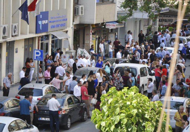 震後民眾跑到街上避難。美聯社