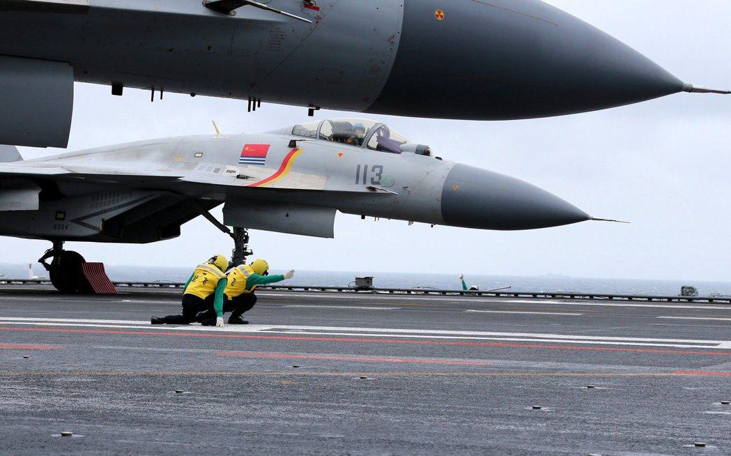 圖為殲15在遼寧艦上演練起飛。(路透資料照片)