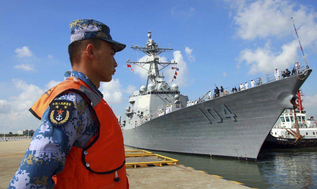 美國海軍斯特雷號驅逐艦抵達湛江某軍港,中國南海艦隊官兵在碼頭舉行歡迎儀式。 中新...