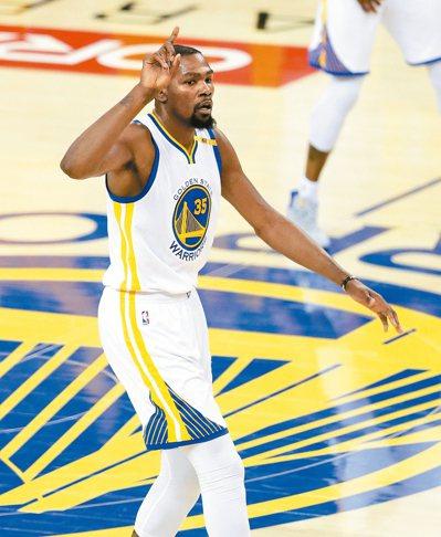 去年加盟勇士承擔罵名的杜蘭特,不僅拿下NBA生涯首冠,喜上加喜的是獲選MVP的榮...