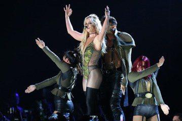 小甜甜布蘭妮首度來台開唱,今晚帶來多首經典歌曲,還上演「SM秀」、「綑綁秀」,壓軸時以紅色爆乳裝火辣熱舞,台上台下一起隨節奏跳動,還有觀眾揮舞彩虹旗,萬名粉絲嗨翻。小甜甜布蘭妮(Britney Sp...