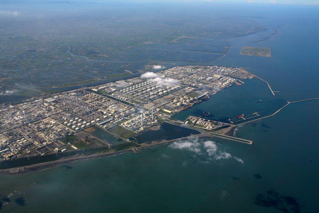 六輕在麥寮外海沙洲填海造陸總共2096公頃,是當時發展主義意識形態下「人定勝天」技術力壓倒自然環境的應驗。 圖/聯合報系資料照