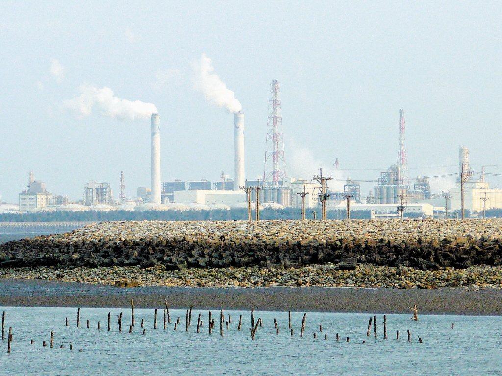 政府允諾台塑得在廠區內興建燃煤電廠獨立供電,然而六輕電廠係以生煤、石油焦做為燃料,燃燒發電後會排放大量二氧化硫、pm2.5等級的懸浮微粒等多種危害的空污氣體。 圖/聯合報系資料照