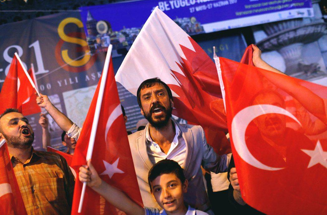 卡達被海灣及其他阿拉伯國家同步斷交後,不少土耳其民眾手持土耳其跟卡達國旗,上街聲...