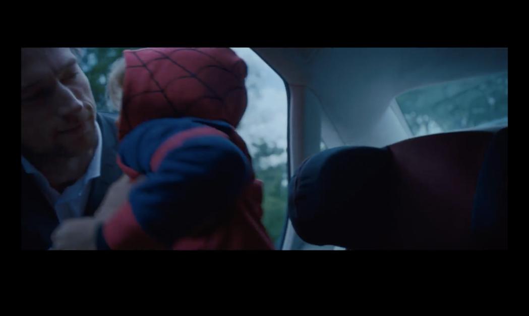 帥爸將睡著的兒子抱下車。圖/摘自YouTube