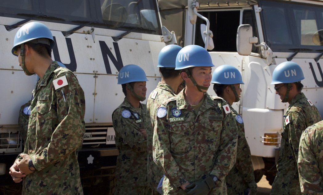 日本政府在2015年通過新安保法案,首次依據新法派遣至南蘇丹參與維和部隊的自衛隊...