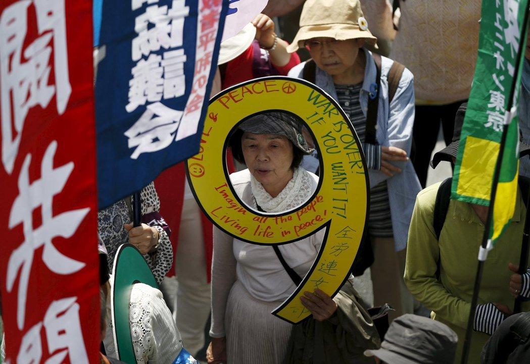 憲法第九條在世界反戰史上有著重要地位,也確實帶給了日本許多正面的貢獻。圖為日本捍...