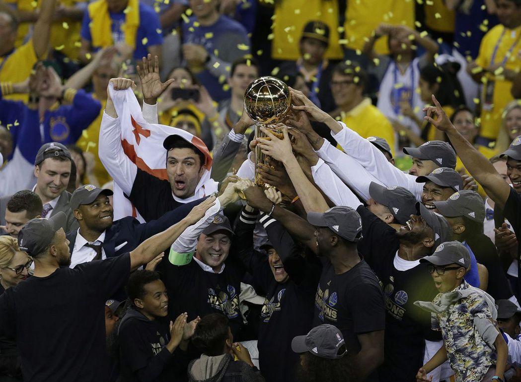 勇士在NBA總冠軍賽第五戰以129:120擊敗騎士,並以4:1封王,全隊開心高捧...