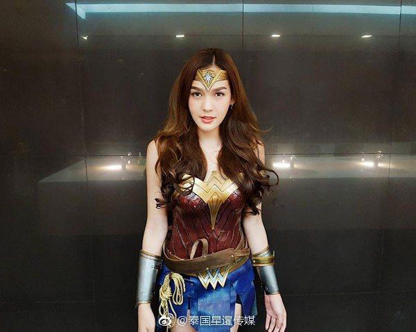 日前有一名泰國變性人Cos「神力女超人」,在網路上爆紅。 圖/擷自微博。