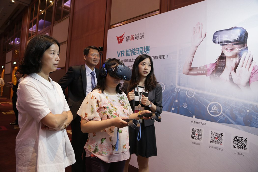 鼎新帶領現場觀眾踏上VR智慧工廠體驗 圖/鼎新電腦 提供
