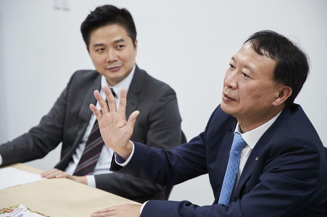 章孝祺(右)同時身為宏羚、佳能國際董事長,此次在台灣愛普生的支持下,打造雙刀銷售...