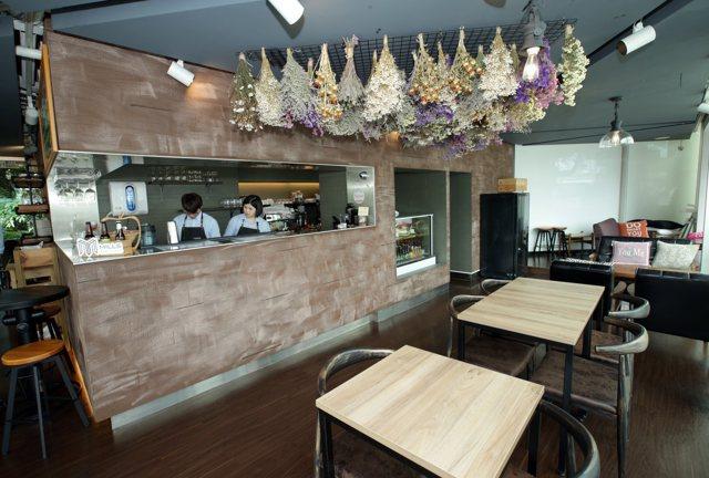 Mills Café & Bistro店內布置許多美麗的乾燥花。