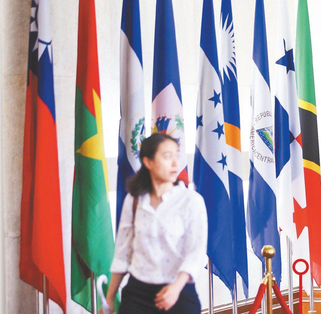 巴拿馬總統瓦雷拉在當地時間12日晚間宣布與中國大陸建交,外交部大廳13日早上仍可...