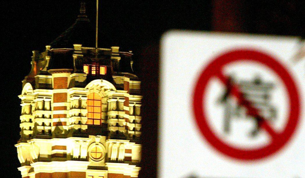 為了避免陳水扁2006年出訪邦交國中停問題生變,外交部不敢公布接下來的行程,遭諷...