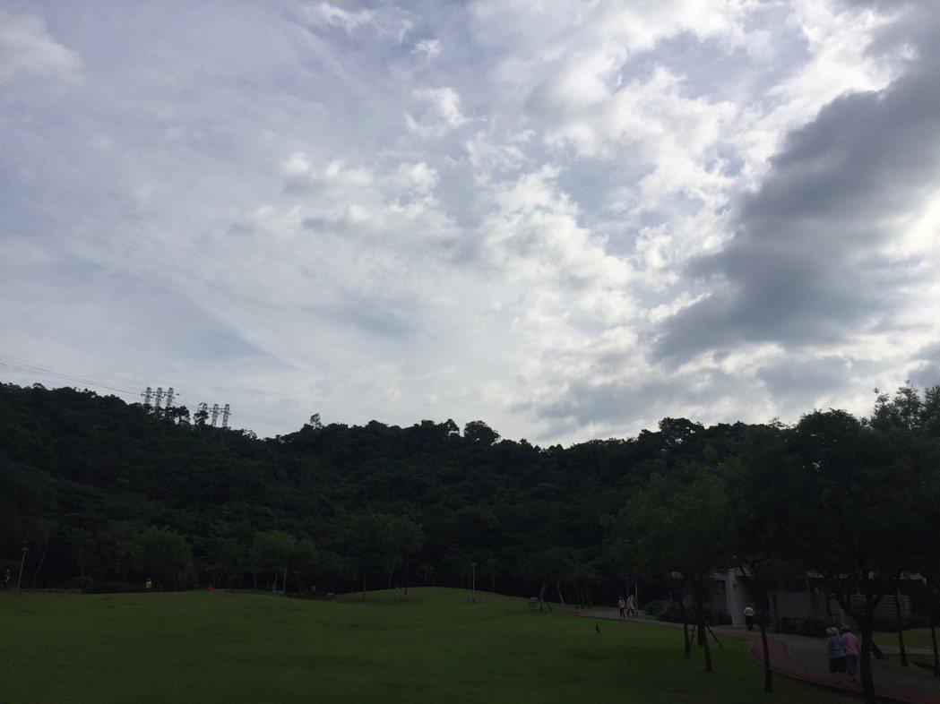 今天未下雨時天氣悶熱,出門記得帶雨具,慎防午後雷陣雨。記者范凌嘉/攝影