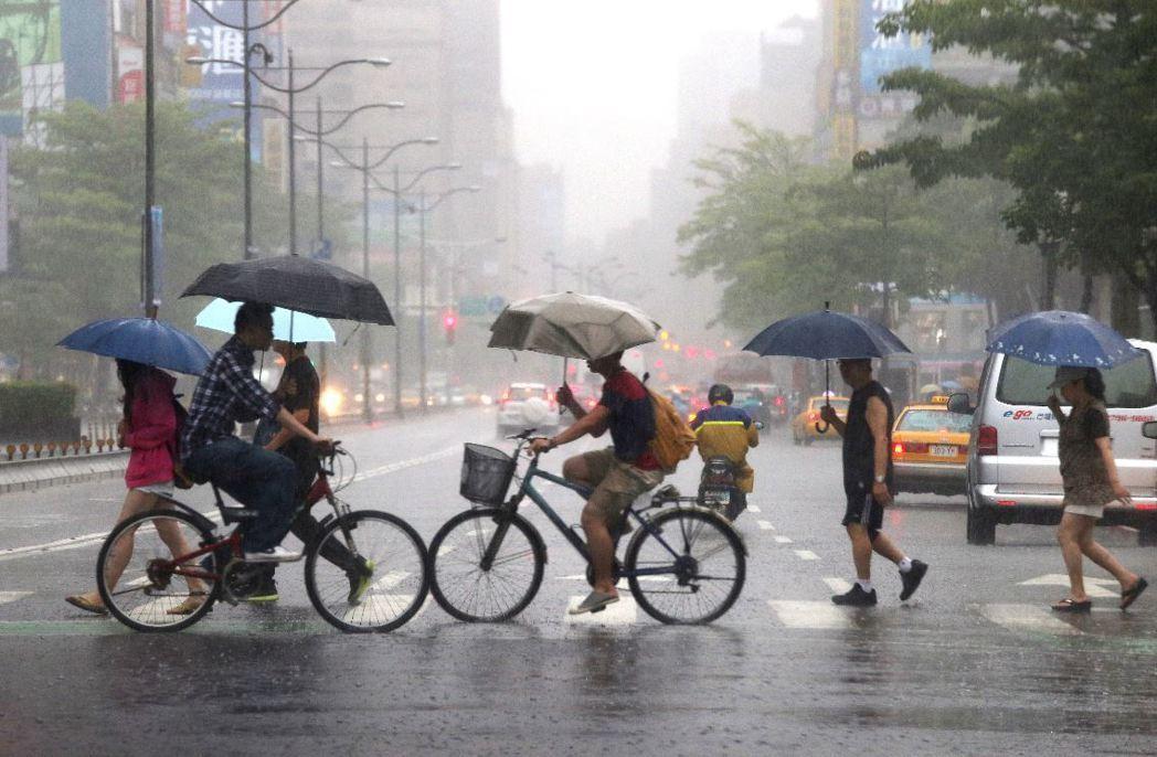 預期明天後,鋒面逐漸影響全台灣,至周日都是受到這鋒面盤據。聯合報系資料照