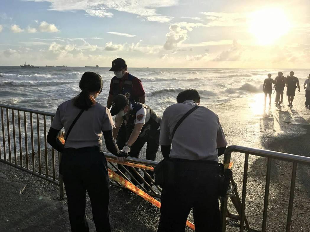 旗津分駐所表示,阿伯遭海水捲到外海,警消從管制區防波堤救人。記者蕭雅娟/翻攝