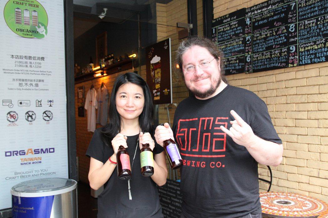 Cyril(右)在妻子帶領下,走遍全台親自向夜店推銷,目前已有40家店銷售他們的...