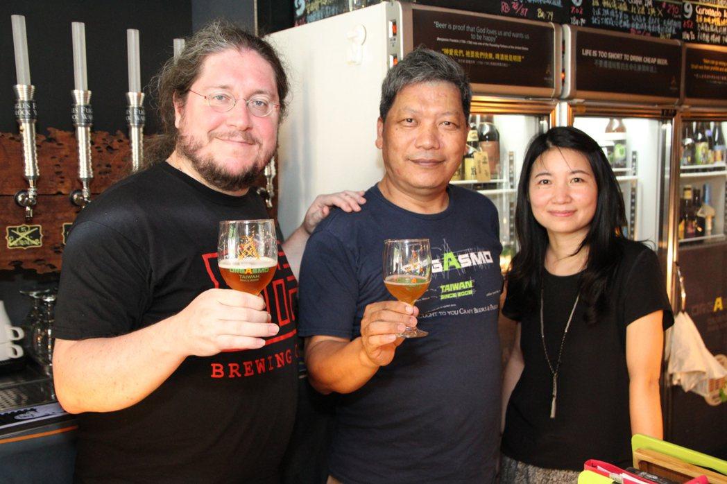 Cyril(左)和妻子施瑞瑄(右)走遍全台親自向夜店推銷,業者楊克健(中)也很喜...
