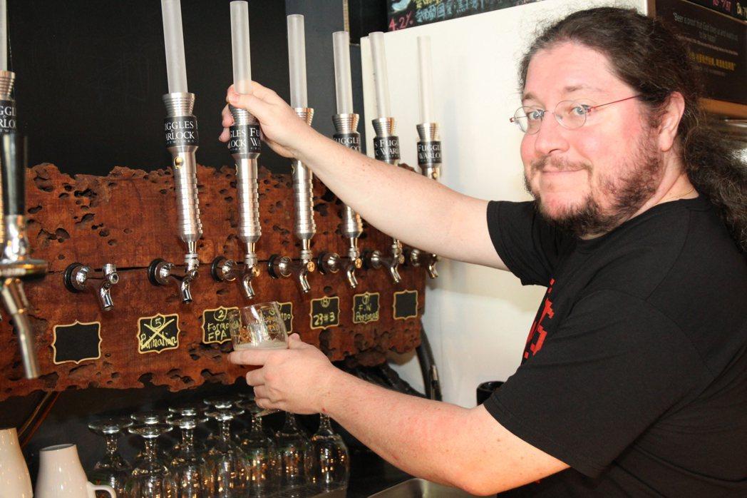Cyril說,精釀啤酒和一般市面上的大量銷售啤酒不同之處,在於他完全手工製作,並...