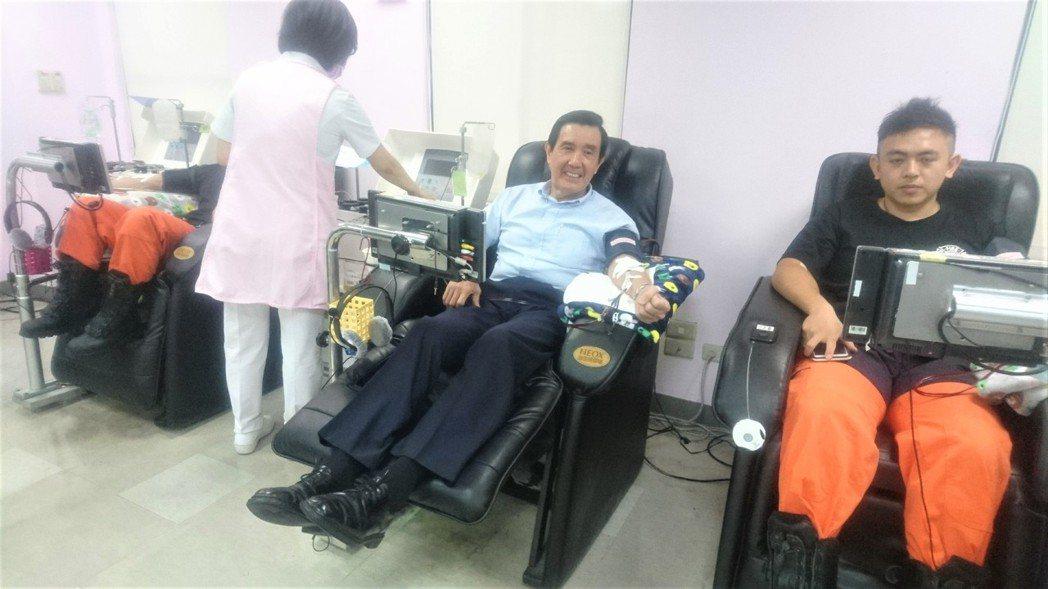 形象健康的前總統馬英九上午出席台灣血液基金會活動,挽袖捐出熱血,盼民眾也響應捐血...