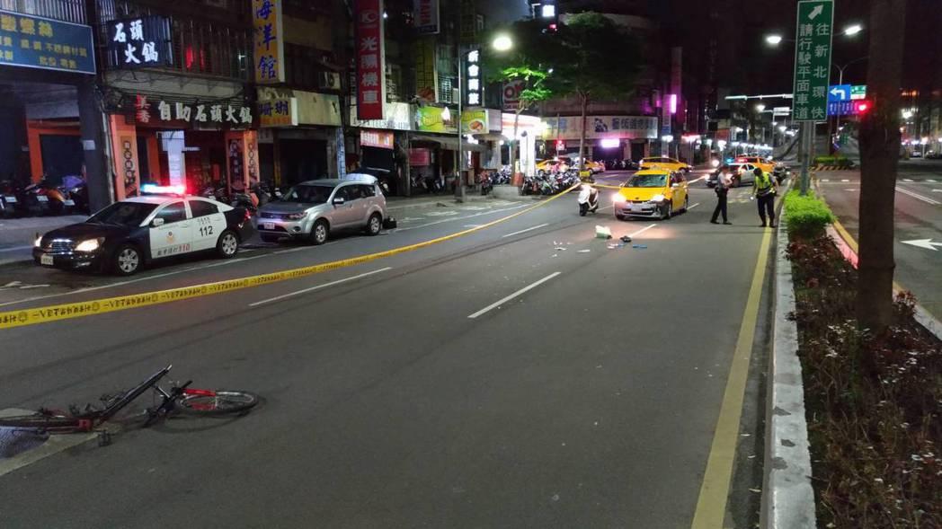 腳踏車被計程車猛烈撞擊,彈飛20公尺。 記者林昭彰/翻攝