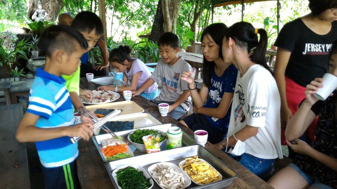 在青陽生態園區內,小朋友可DIY製作野菜手卷。圖∕葉美青提供
