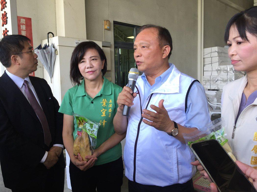 端午過後是竹筍的產季,農委會主任委員林聰賢視察加工作業。記者綦守鈺/攝影