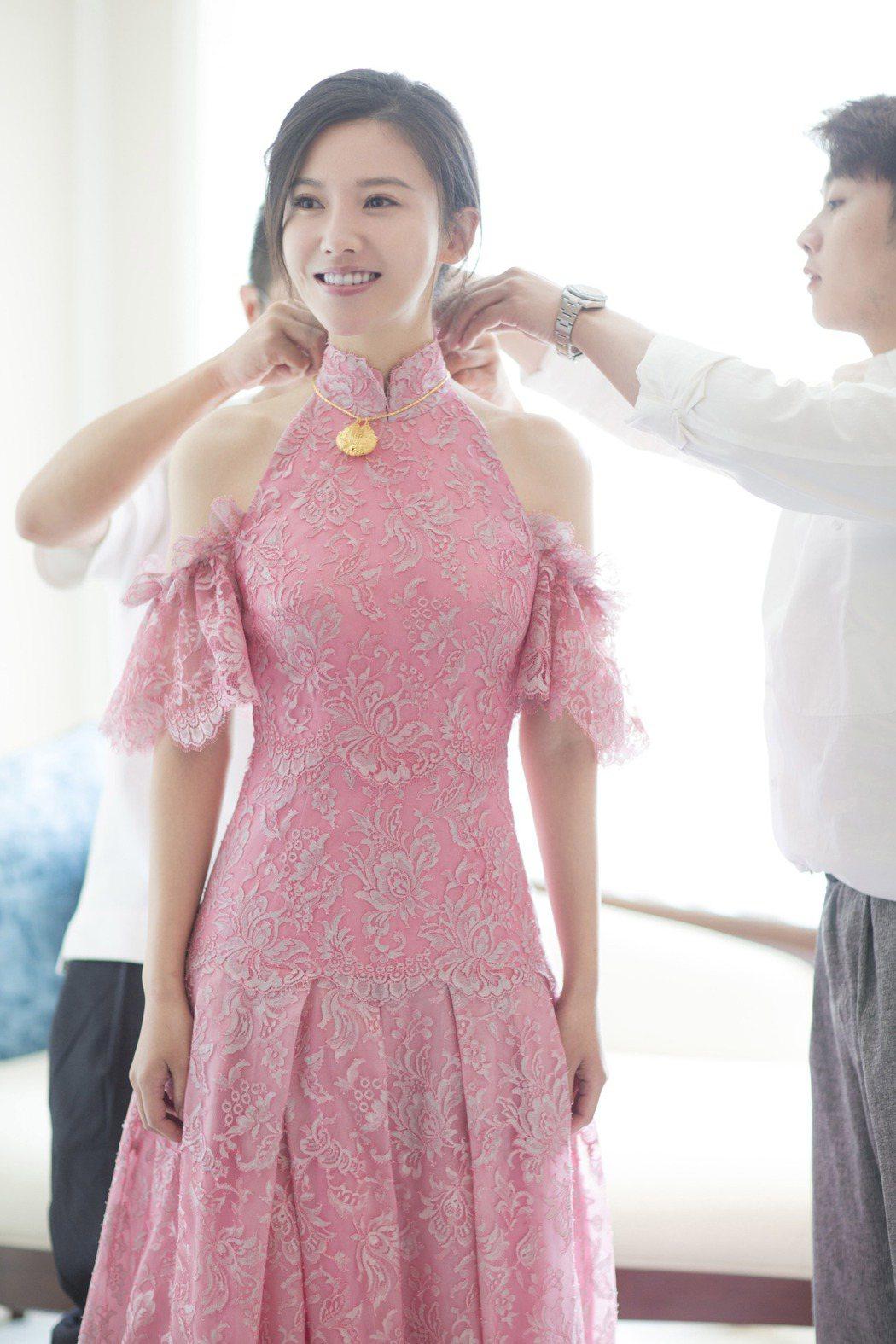 楊子姍穿雙色蕾絲挖肩洋裝,既有中式禮服的典雅也具備西式禮服的浪漫。圖/SHIAT...