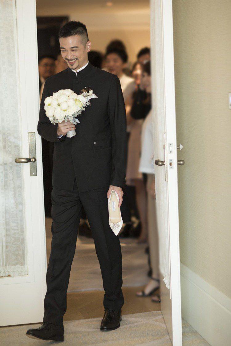 新郎吳中天則是穿上中山裝風格禮服,與他螢幕上正派形象非常搭。圖/SHIATZY ...