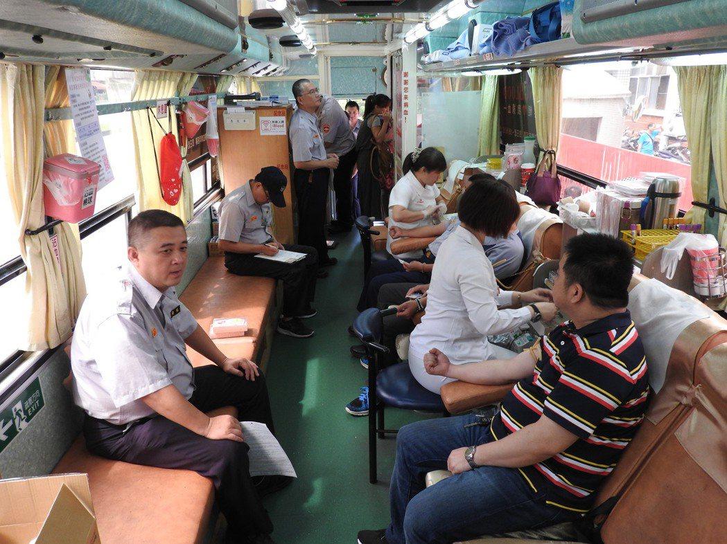 台中市警察局豐原分局今天舉辦「106年警察節捐血活動」,不少警界同仁、義警、民防...