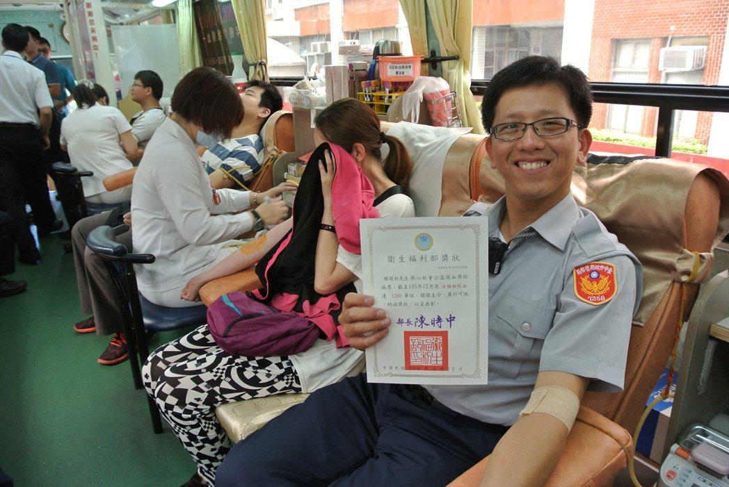 台中市警察局豐原分局頭家所警員陳境杉(右一),22年來已完成1272次捐血。記者...