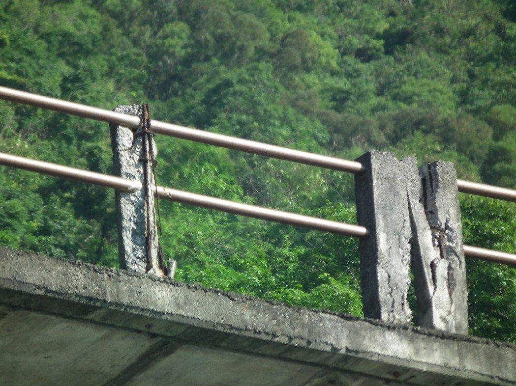 看到橋梁護欄的狀況,原來損壞這麼嚴重,旅客大為吃驚!嚇到直呼「不敢搭了」。記者尤...