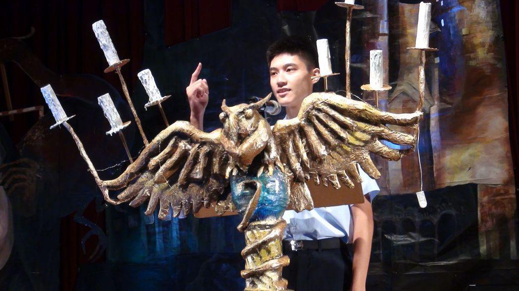 嘉中學生呂國本代表畢業生致詞。李是國防醫科準新鮮人,他回顧3年的嘉中生活,詼諧逗...