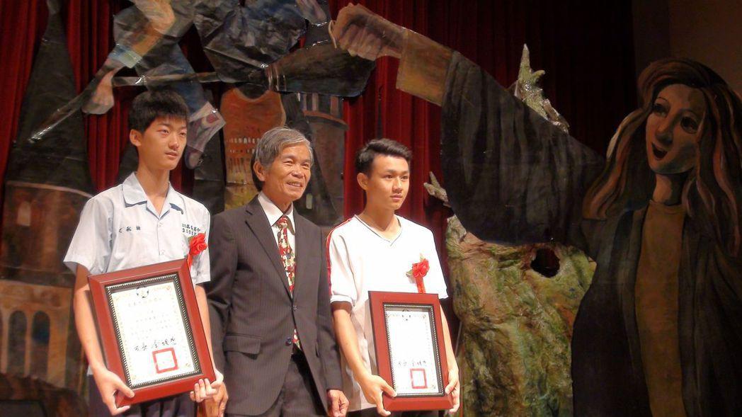 校長黃義春頒獎給畢業生,這也是他最後一次參加嘉中畢典。記者王慧瑛/攝影