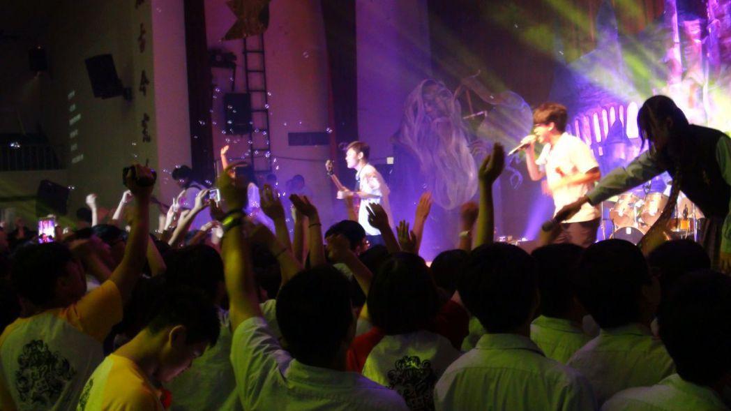 學生熱力開唱,氣氛HIGH到最高點。記者王慧瑛/攝影